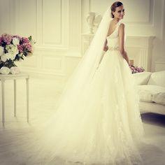 We are ready for the floor. #pronovias #dinar #veil #headstyle #tulle #love #wedding #bride #velo #peinado #accesorio #tul #novia #boda #penteado #véu #tule #amor #noiva #asimetrico #asymmetric #umombrosó