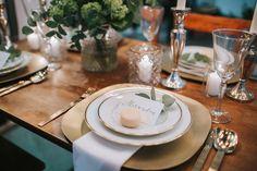 Eukalyptus Hochzeit edle Tischdekoration in weiß, grün und gold mit Macarons und Kerzen. - Who´s Wedding