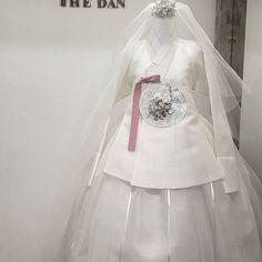 ᆞ ᆞ 2017년S/S THE DAN의 첫번째 뮤즈를 소개합니다  ᆞ ♡화이트웨딩드레스♡ ᆞ  #웨딩#한복드레스 #당의#결혼예복 #신부드레스#한복 #럽스타그램#신부한복 #하우스웨딩#호텔예식 #봄의신부#화사한#백합 #신부한복#결혼#턱시도 #엘리자베스#베일 #한복더단#더단한복 #korea#classic #dress #kdrama #hanbok #modern #fusion  #weddingdress  #China#koreanstyle