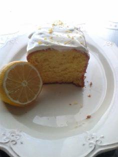 Bizcocho de limón con frosting de queso philadelfia, yogurt y miel.