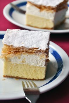 Dessert Recipe: Kremna Rezina (Vanilla Custard Cream Cake) - two layers of pre-baked puff pastry layered around two creamy layers: a thick layer of an elegant vanilla custard (with hints of rum and lemon zest) topped with a layer of vanilla whipped cream. Custard Cream Cake, Vanilla Custard, Vanilla Cream, Custard Filling, French Vanilla, Cupcakes, Cupcake Cakes, Just Desserts, Delicious Desserts