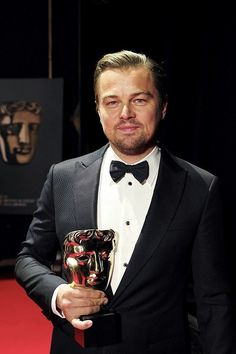Leonardo DiCaprio backstage at the EE British Academy Film Awards at the Royal Opera House on February 2016 in London, England. Leonardo Dicaprio Girlfriend, Young Leonardo Dicaprio, Leonardo Dicarprio, Bafta 2016, Leo And Kate, Jack Dawson, Leo Love, British Academy Film Awards, Hollywood Actor