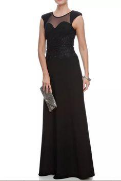 Vestido longo na cor preta, tamanho 36, bordados na cintura, tule no peito e pequenas ombreiras. Medidas: busto 85, cintura 65 e quadril 95