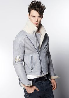 Kożuch OPERA RAMONES LEATHER BOY: http://robertkupisz.com/pl/shop/products/kozuch-opera-ramones-leather-boy?variant=color_lightblue