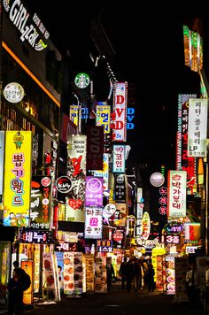 Enjoy Seoul's vibrant night scene with this travel guide to the best neighborhoods and accommodations in South Korea's capital! Take the quiz to find out where YOU should stay in Seoul.
