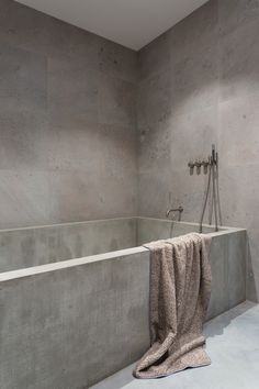 Wonderful And Cozy Modern Bathtub Design Ideas 02 Minimalist Bathroom Design, Modern Bathroom Design, Bathroom Interior Design, Modern Interior Design, Concrete Bathtub, Concrete Walls, Concrete Design, Bathtub Walls, Modern Bathtub