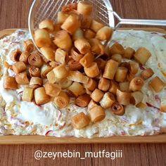 """Zeynebin Mutfağı on Instagram: """"Salata severler çift tıklasın❤ Üzeri çıtır yufkalı nefis bir lezzet oldu daha önce denemediyseniz mutlaka deneyin derim 👌 Çıtır yufkalı…"""" Turkish Delight, Turkish Recipes, Sauce Recipes, Pretzel Bites, Main Dishes, Brunch, Food And Drink, Vegetarian, Healthy Recipes"""