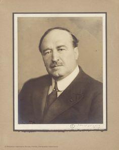 Retrato. Fotografía de Witcomb. Buenos Aires, 1909  22 x 12,5 cm, en h. de 40 x 26 cm  [Colección de material gráfico de Vicente Blasco Ibáñez] (1900-19??)