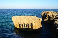 Falésias de pedras brancas na Piscina Natural La Poesia, na Praia de Roca. Puglia, Itália.