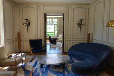 Un canapé et un fauteuil bleu. Un projet d'architecture d'intérieur par Kerylos Intérieurs tendances - décoration - architecture d'intérieur