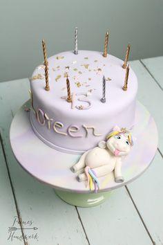 Feines Handwerk: Einhorn Torte mit Blattgold und Sternenzauber zum 13. Geburtstag!
