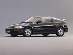 HONDA CR-X SiR (EF8)の概要 1989年登場の2代目CR-X後期型で加わったSiRは、1.6ℓ直4DOHC VTECのB16A(160ps/15.5kgm)を搭載するスポーツグレード。ZC型エンジンを載せたそれまでのSiに代わるモデルで、車両型式はEF8に変更された。 ボディは全長が25mm拡大し、車重も約100kg増加したが、高回転高出力型エンジンの搭載でパフォーマンスは向上。ミッションは5速MTのみの設定で、フロントブレーキの大容量化も図られた。 また、ボンネット形状の変更に伴ってパワーバルジがなくなったことが、外観におけるSiとの