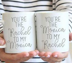 cadeau a fabriquer pour sa meilleure amie, des mugs blancs personnalisés, messages écrits au feutre permanent