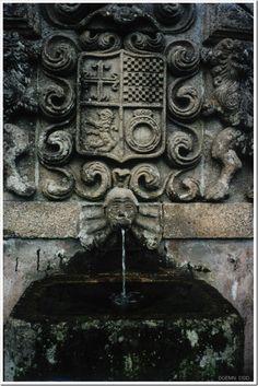 Fonte armoriada nos jardins da Casa de Cabanelas - Bustelo - Penafiel - Porto