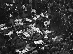 Homens e mulheres desempregados protestando contra a falta de empregos paralisando completamente o trânsito da Oxford Street em Londres 17 de janeiro de 1939. (AP Photo)  Estas fotos mostram manifestantes desempregados  homens e mulheres  chamando a atenção para a sua campanha contra a enorme taxa de desemprego de Londres  paralisando todo o tráfego na rua mais movimentada da cidade.  Estes protestos começaram no final da década de 1930 quando o desemprego em massa na Grã-Bretanha era uma…