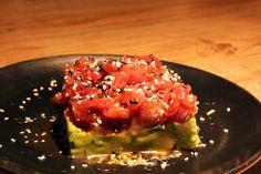 Tartar de atún con guacamole y semillas de sésamo