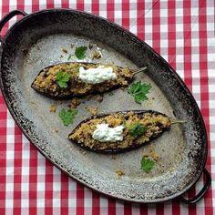 Berenjenas asadas rellenas de couscous con salsa tzatziki (Receta vegetariana)