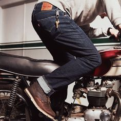 This is what freedom feels like. Since we invented it in 1873, the 501® Jean has been a blank canvas for self-expression. True to the original, the 501 Stretch features the time-tested straight fit and our signature button fly with branded Levi's® shanks. Offering timeless style, comfort and all-day mobility, this pair is made to live in. The ultimate do-it-all jean.