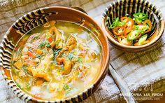Cateodata, cand vrei sa faci ceva dar circumstantele te obliga sa faci altceva, obtii un rezultat deosebit. De bun. Cum e ciorba picanta cu afumatura si... Supe, Romanian Food, Thai Red Curry, Traditional, Ethnic Recipes