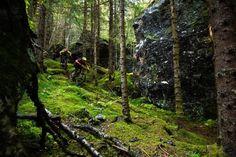 Kløvstigen é uma rota de transporte muito antigo que se transformou em uma trilha de caminhada e bicicleta. Ela segue ao longo da famosa Trollstigen, uma estrada montanhosa que liga Romsdal com Sunnmøre. Aqui Janne Tjärnström e Johan Jonsson fluem através da floresta perto da cidade de Åndalsnes.