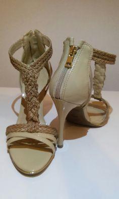 Super diferente Você pode criar um look descontraído ou mais social com a mesma sandália www.volevomoda.com.br