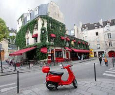 What sort of weird hippocampus trigger makes me instantly stop at any place that has a bunch of weeds growing over the architecture? Chez Marianne Restaurant, le Marais, Paris