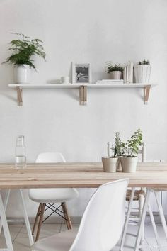 wall decoration with shelf in the chic dining room, white plastic chairs Source by All White Room, White Rooms, Kitchen Table Chairs, Dining Room Table, White Plastic Chairs, Wood Floor Pattern, White Apartment, Scandinavian Kitchen, Scandinavian Style