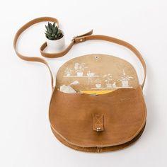 Ben je op zoek naar een vlotte schoudertas dat niet groot en niet klein is? 'Ons Veerle' is je compagnon voor elke dag. En dat voor de komende jaren, want de Keecie tassen zijn altijd in topleer dat mooier wordt door gebruik.  #designedformamzel #keecie #mamzel #handbag #leather #cognac