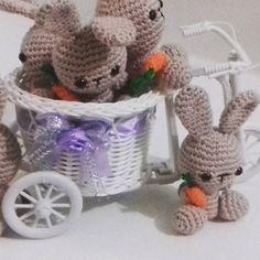 E vários coelhinhos estão indo embora para serem apertados... Muito amor envolvido... #amigurumis #amigurumi #crochet #croche #pascoa #coelhinhos #artesanato #semprecirculo  #encontrandoideias #handmade #feitoamao #ateliedamika #amor by ateliedamika