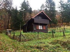 Chatka w górach w Dragomer, Słowenia. This cozy wooden lodge Brunarica is located on a quiet and tranquil meadow, surrounded by beautiful forestry on the outskirts of suburbs called Dragomer. Located 10 km outside of Ljubljana, the capital of Slovenia. Affordable accommodations for na...
