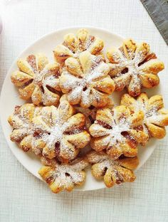 Tomusokeri luo viimeisen silauksen kauniille tortuille. Kuva: Kati Anneli Sattaskangas Baked Doughnuts, Christmas Feeling, Sweet Pastries, Something Sweet, No Bake Desserts, Christmas Cookies, Christmas Ideas, Deli, Baked Goods