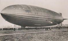 El dirigible alemán LZ-129 Hindenburg realiza su vuelo inaugural en Friedrichshaven (1936).