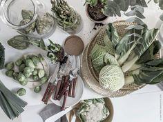 Vi bjuder in till lunchsoppa i trädgårdshuset och dukar med vita ranunkler och rustika grönsaker som kronärtskockor, blomkål och sparris. Allt i en härlig grön och vit färgskala. SOMMAR 2016 brödkorg bambu och RUSTIK bestick 24 delar.