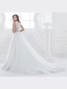 Traumhaftes Brautkleid in A-Linie mit Spitzenapplikationen auf Oberteil und Rock. One Shoulder Wedding Dress, Rock, Wedding Dresses, Fashion, Line, Gown Wedding, Bridal Gown, Curve Dresses, Bride Dresses