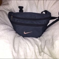 Vintage NIKE Fanny Pack Dark Green. Worn lightly. Perfect vintage piece to make your outfits pop ✨ Last picture with flash on. Nike Bags