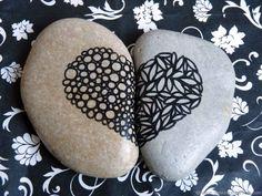 Décor cœur sur deux moitiés de galets peints