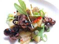 Sałatka z ośmiorniczkami baby, młodymi ziemniakami, chilli, kolendrą, kaparami i dymką Baby octopus salad, potatoes, chilli, capers and onion