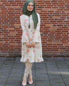Short Frock Hijab Outfit for Cheerful Summer Walkouts – Girls Hijab Style & Hi. Short Frock Hijab Outfit for Cheerful Summer Walkouts – Girls Hijab Style & Hijab Fashion Ideas Islamic Fashion, Muslim Fashion, Modest Fashion, Fashion Dresses, Style Fashion, Hijab Style Dress, Hijab Chic, Hijab Outfit, Pakistani Fashion Casual