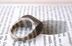 Joias feitas com páginas de livros antigos por Jeremy May;