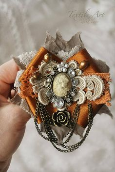 Vintage Style Romance-Brosche-Cameo Prinzessin Lace Antique--Gold Ivory Beige-Lace Brooch Frau Dame Frauen Queen Pearls Chain Hand made Shabby Flowers, Lace Flowers, Fabric Flowers, Ribbon Art, Ribbon Crafts, Brooches Handmade, Handmade Jewelry, Jewelry Crafts, Jewelry Art