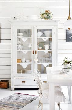 Beautiful Living Rooms, Beautiful Interiors, White Kitchen Inspiration, Small White Kitchens, Country House Design, White Wall Decor, Country Interior, Vintage Room, Dream Decor