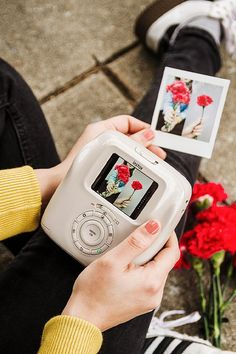 Your technologically-inclined mom deserves the best this Mother's Day. Here are 10 gift ideas that she'll definitely enjoy. Instax Mini Camera, Polaroid Camera, Polaroid Pictures, Polaroids, Camera Wallpaper, Photos Originales, Cool Gadgets To Buy, Photo Printer, Fujifilm Instax