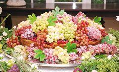 Bolo naked coberto de uvas, também feito para o casamento de uma noiva que quis inovar