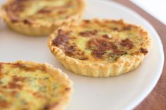 Start with a premade pie crust, you can use puff pastry or mini tart shells to make individual servings. Keto Quiche, Mini Tart Shells, Premade Pie Crust, Mini Quiche Recipes, Broccoli Quiche, Salmon Quiche, Pan Sin Gluten, Perfect Pie Crust, Mini Quiches