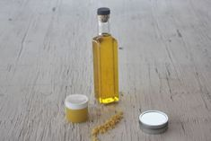 Strained dandelion oil in a clear bottle surrounded by containers of balms and beeswax. Herbal Plants, Medicinal Plants, Herbs Garden, Vegetable Garden, Natural Medicine, Herbal Medicine, Dandelion Health Benefits, Dandelion Uses, Natural Cure For Arthritis