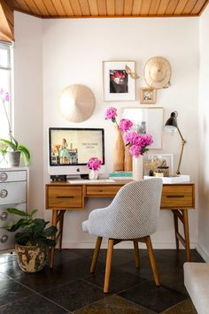 Fabulous Florals - 50 Best Home Office Ideas and Designs | https://homebnc.com/best-home-office-ideas-designs/ | #home #office #ideas #decorating #decor #decoration #idea #organization #organisation #organizing #room #home #homedecor #lifestyle  #beautiful #creative #modern #design #homebnc