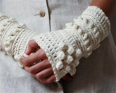 White wrist warmers, i need to make a pair of these too. Crochet Eyes, Crochet Mittens, Crochet Gloves, Fingerless Mittens, Love Crochet, Crochet Scarves, Beautiful Crochet, Crochet Hooks, Knit Crochet