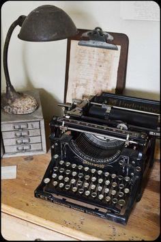 oldschool typewriter - via eikenstamtafel.be: verhuur exclusieve eikenhouten feesttafels, banken en stoelen
