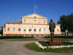 Raahe town hall and statue of Urho Kaleva Kekkonen. Town Hall, Finland, Statue, Mansions, House Styles, Fancy Houses, Sculptures, Mansion, Manor Houses