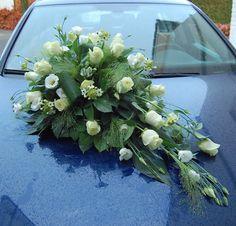 Bruidsdecoratie - autostuk. Witte rozen, witte lisianthus, Ornithigalum. www.meesterlijkgroen.nl